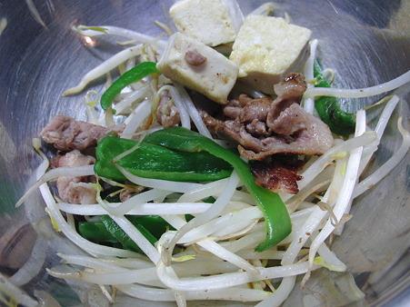 CIMG6398 炒めた豆腐を分け入れ 炒めた野菜たちも分け入れ