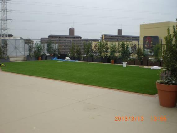 イオンモール名古屋みなと店の屋上にリアルな人工芝を施工しました。