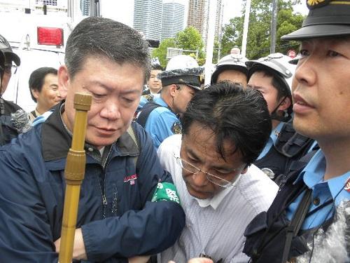 次に、神奈川県警は、主催者とデモ用街宣車の運転手を騙し、デモの街宣車を勝手に退去させてしまった