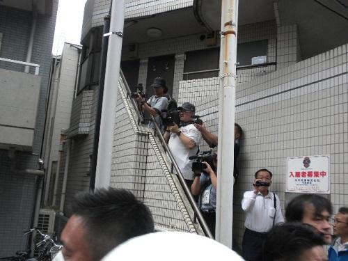 マスゴミは、デモの取材の許可を取らずに勝手にデモの様子を撮影し、真実を報道せず、歪曲報道ばかりしている。他人のマンションの階段を勝手に不法占拠 20160605川崎発!日本浄化デモ第三弾!