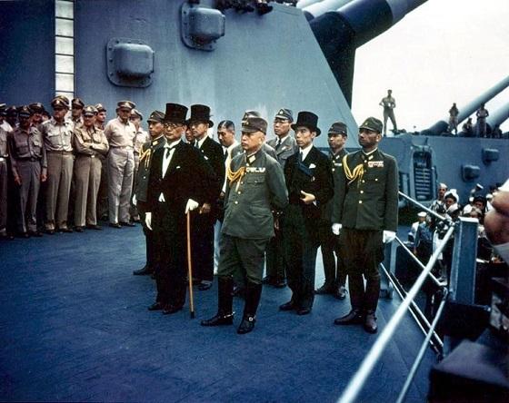 昭和20年(1945年)9月、東京湾のミズーリ艦上で行われた降伏式典で降伏文書に署名した外相(当時)重光葵が杖をついているのはこの事件で片足を失ったためだ。
