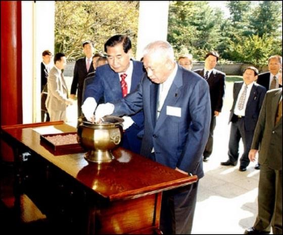 「石川県金沢市の山出保市長一行21人がユン義士祠堂を参拝