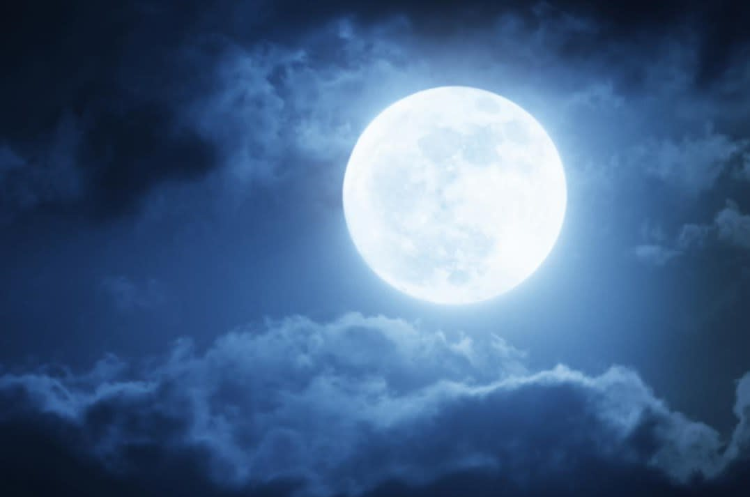 最近、月が見えません。雲が多い...