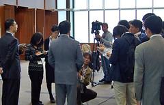 大使館に戻り記者会見