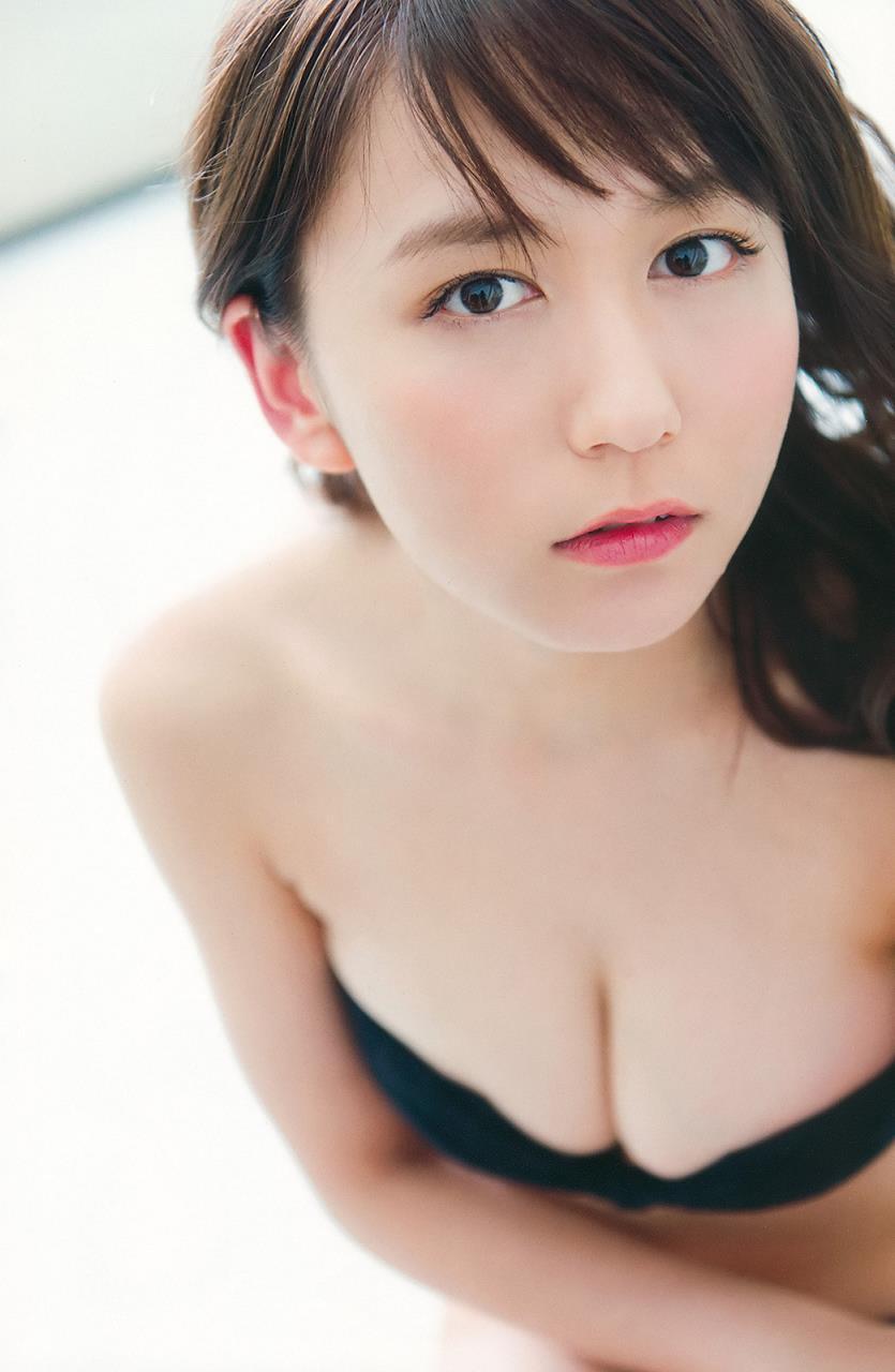 上目遣いの大場美奈