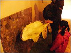 聖水をそそぐ器もホンモノの貝