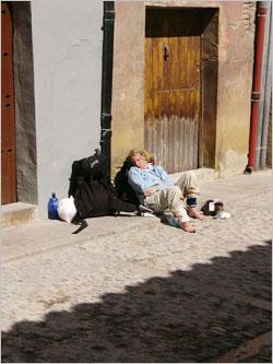 道端で休む巡礼者たち