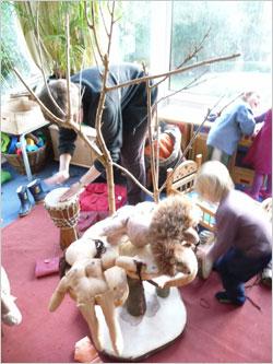 手づくりの木のおもちゃや棚、お人形