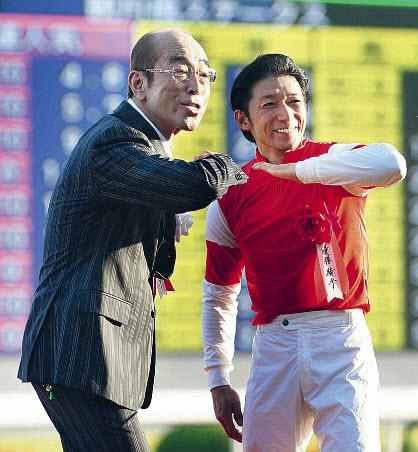 2012年10月21日ゴールドシップ菊花賞 表彰式プレゼンター志村けんさん。優勝騎手の内田と一緒にアイーン