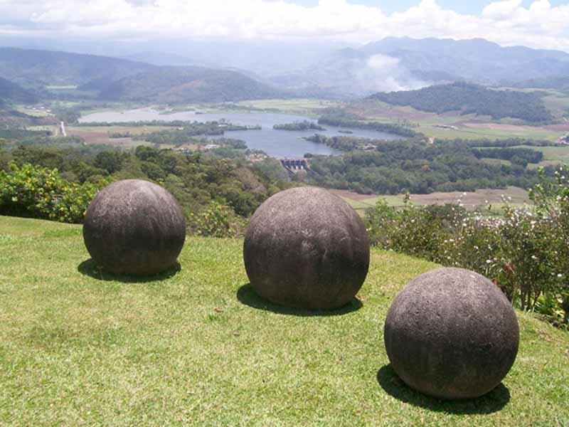 CostaRicsaStonesSpheres2 コスタリカの石球。現代技術でも難しい真球の作成!