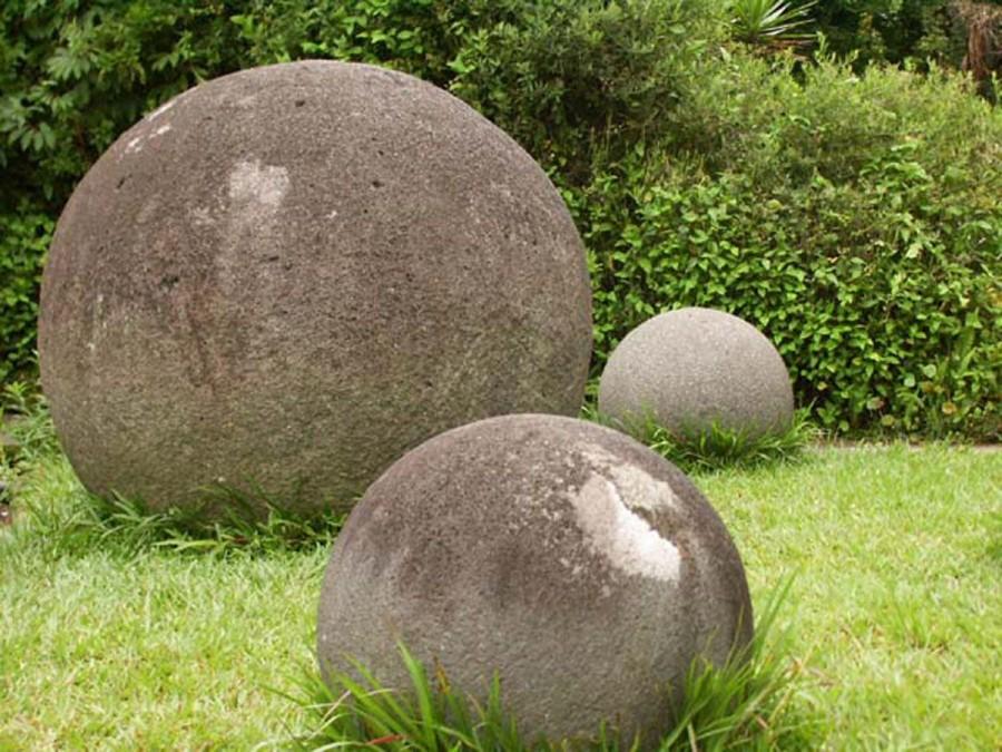 stone spheres costa rica 900x675 コスタリカの石球。現代技術でも難しい真球の作成!