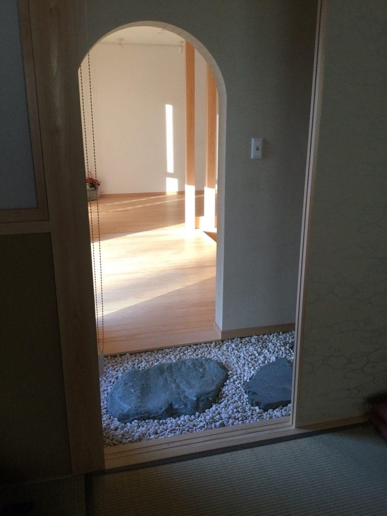 リビングと和室の間の廊下を伊予青石の特注自然肌飛石