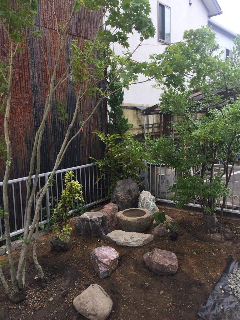 庭木とつくばい石組みは、弊社では施工。残りの砂利敷きや飛石はお施主さん家族で完成させます